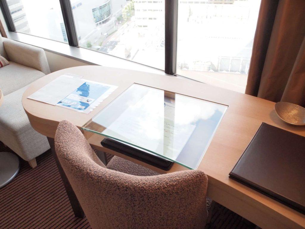 新横浜プリンスホテル レディースシングル レディースフロア 女性専用フロア テーブル チェア 机 イス 部屋 客室 画像